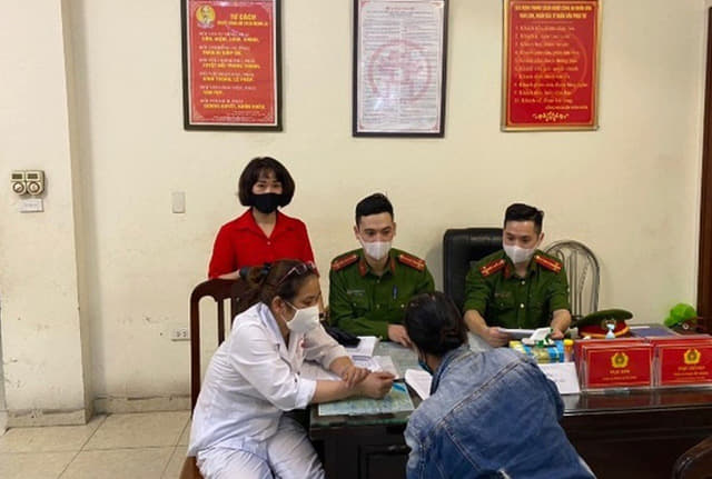 Một trường hợp tại Hà Nội bị xử phạt vì không đeo khẩu trang nơi công cộng.