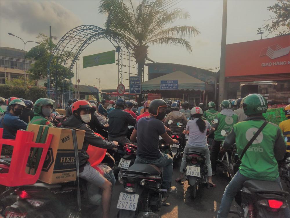 Hàng trăm người chen chúc ở cổng vào nhận hàng hóa của bến xe Miền Đông để vào nhận hàng hóa khiến cho khu vực này quá tải. Lực lượng bảo vệ của bến xe phải căng sức điều hành phương tiện ra – vào cổng để không xảy ra mất trật tự.