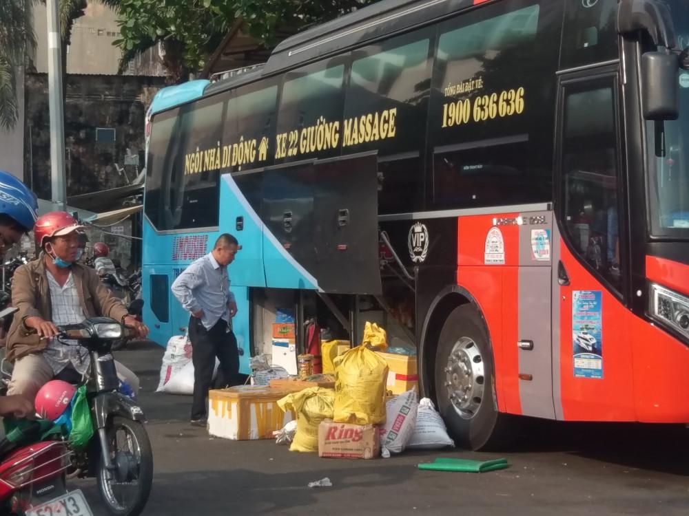 Xe khách cập bến khoảng 4 giờ sáng nhưng đến 8 giờ vẫn chưa giao hết hàng hóa. Một hành khách tên Trung (quê Quảng Ngãi) cho biết, mùa dịch khách đi xe rất ít nên các xe khách tăng cường chở hàng để không bị lỗ vốn.