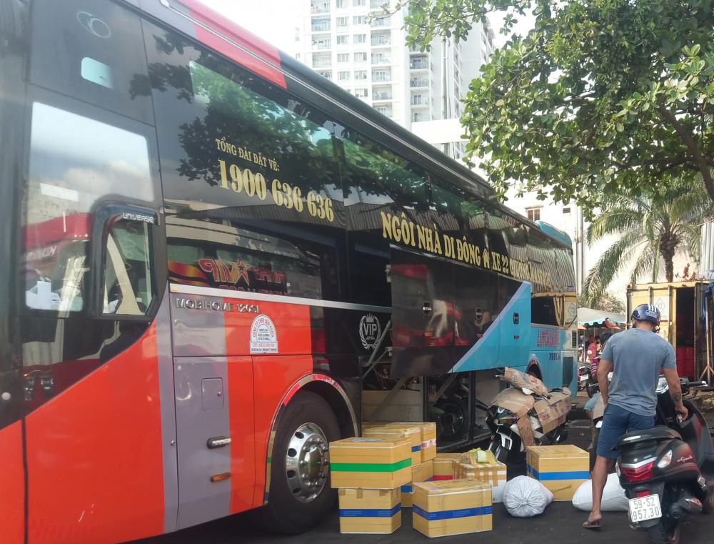 Một hãng xe khách tuyến Quảng Ngãi vào TPHCM chở theo rất nhiều thùng hàng đông lạnh. Tài xế của hãng xe này cho biết, hôm qua, lượng hàng gửi vào TPHCM tăng gấp đôi so với mọi ngày.