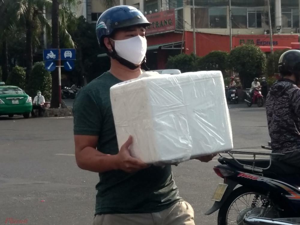 Một người dân mất gần 30 phút lục tìm mới kiếm được thùng hàng của mình. Sau đó, anh hối hả chạy ra về cho kịp giờ làm việc.