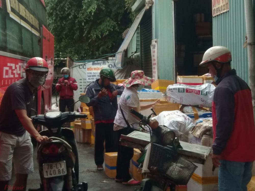 Kho hàng của một hãng xe khách ở Phú Yên hàng hóa chất cao hơn cả đầu người.
