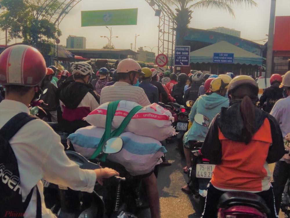 Qua 8 giờ 30, lượng người chen chúc vào cổng bến xe Miền Đông nhận hàng hóa vẫn không giảm. Theo chủ các tuyến xe khách, những ngày tới lượng hàng hóa gủi vào TPHCM có thể tăng thêm vì người thân ở quê muốn gửi thực phẩm tươi, sạch vào cho người thân của mình dùng mùa dịch.