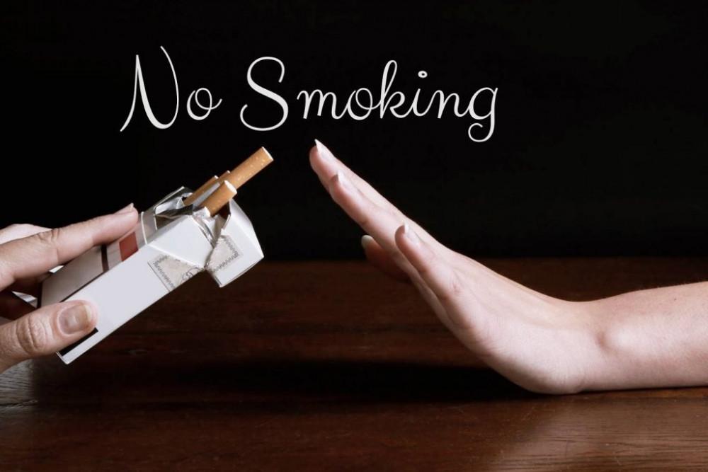 Nếu bạn hút thuốc, hãy bỏ thuốc lá!  Hút thuốc góp phần rất lớn vào quá trình lão hóa khiến các mô trở nên kém săn chắc và đàn hồi. Hút thuốc cũng có liên quan đến sự phá hủy elastin và collagen, hoạt chất chịu trách nhiệm cho vẻ đẹp của làn da của bạn. Nó cũng làm giảm đi lưu lượng máu và làm chậm việc cung cấp oxy và chất dinh dưỡng cho các tế bào, hơn nữa, nó có thể gây ra nếp nhăn sớm.