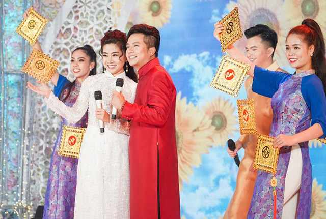 Mai Phương và nam ca sĩ Dương Đình Trí trong một chương trình âm nhạc.