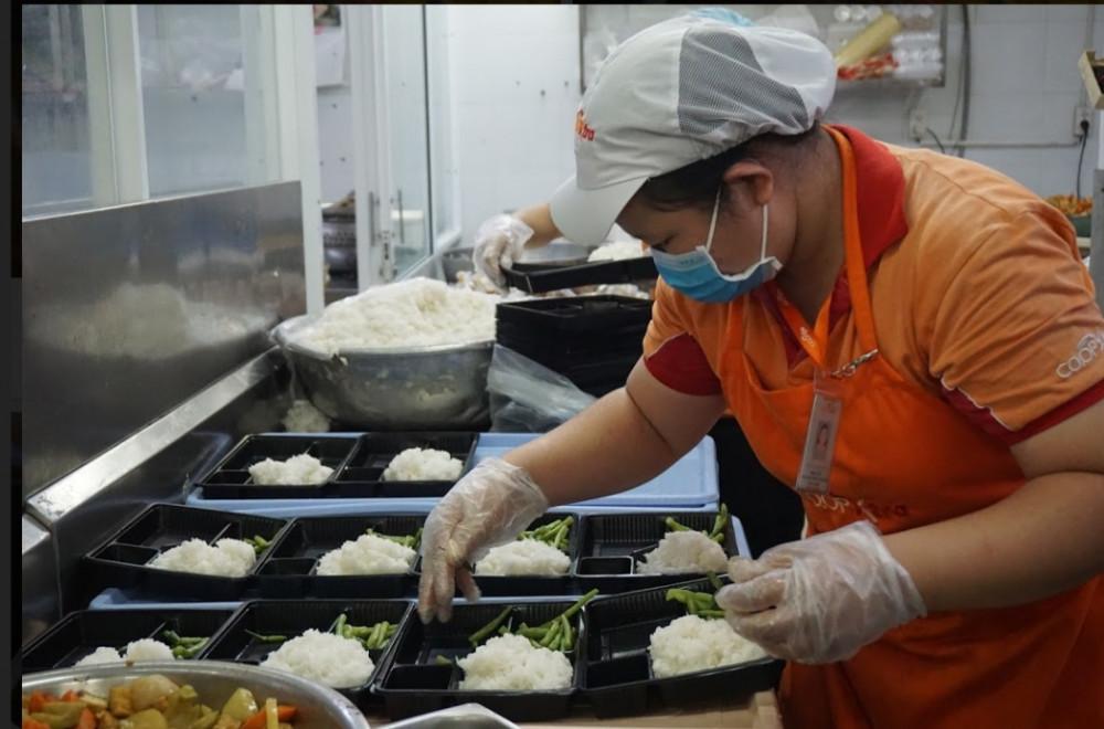 Bếp ăn tại Co.opXtra chuẩn bị suất cơm