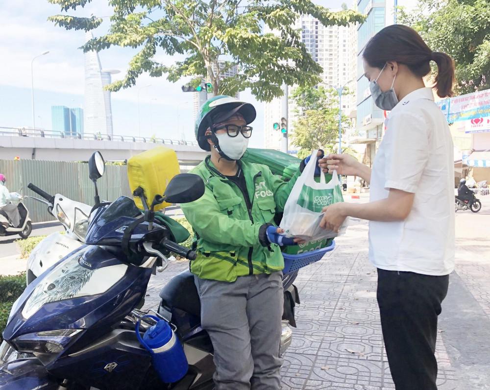 Khách hàng được khuyến khích sử dụng các dịch vụ giao hàng tận nhà.