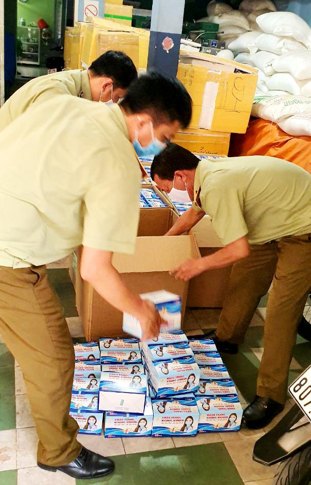 Lực lượng chức năng tỉnh An Giang tiến hành kiểm tra số lượng khẩu trang khủng tạm giữ theo quy định.