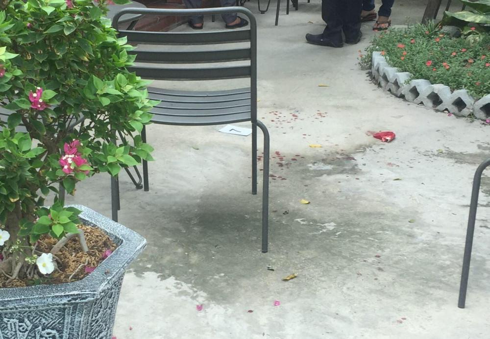 Nhiều vết máu của nạn nhân tại hiện trường vụ nổ súng