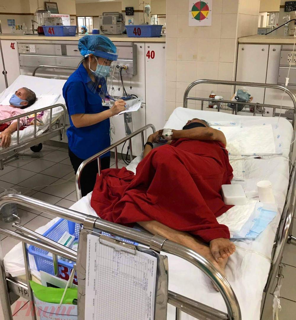 cấm việc ra vào thăm bệnh tại các khoa, phòng nhằm tránh sự lây lan và đảm bảo an toàn cho cả bệnh nhân và nhân viên y tế. Ngoài ra các bệnh nhan đang điều trị cũng phải kê khai y tế rõ ràng