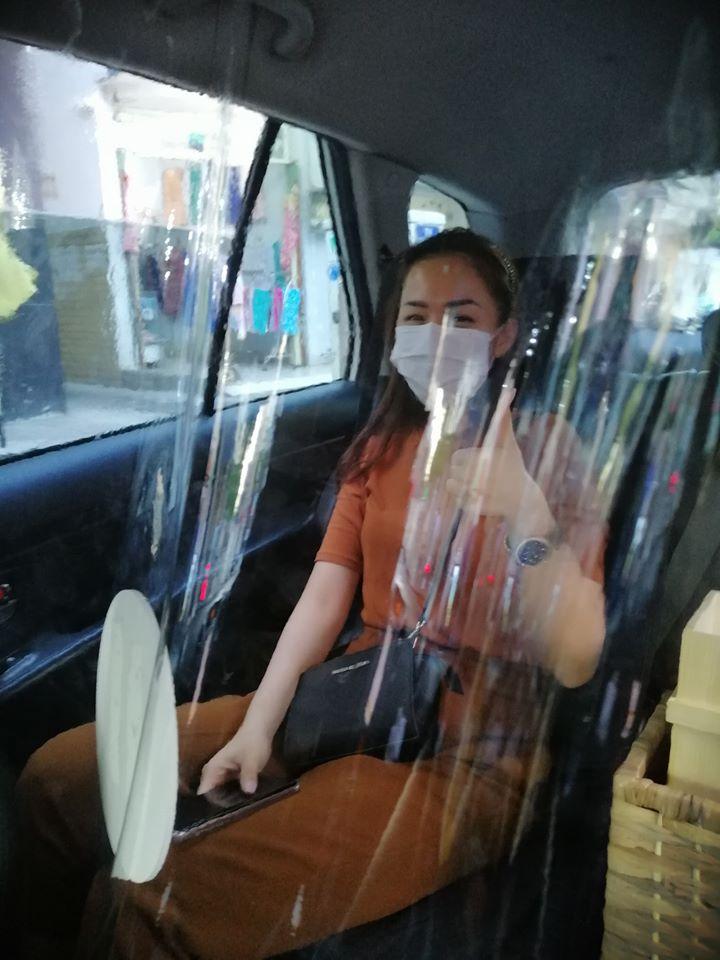Một tài xế đã chụp ảnh khách hàng trải nghiệm xe có màn chắn chống dịch COVID-19 trên xe của mình.