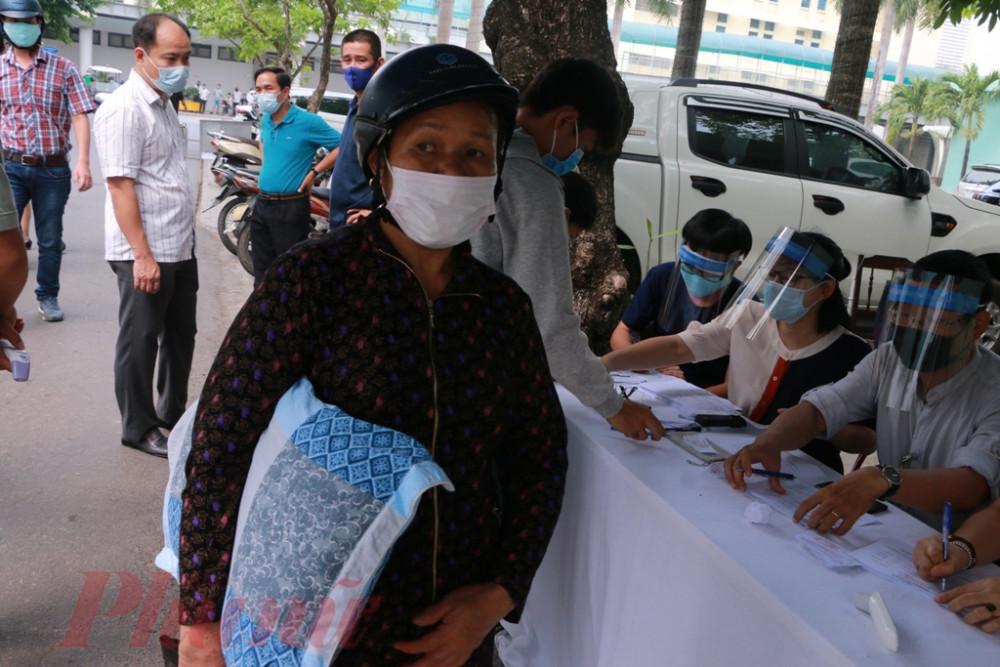 Bất cứ người nào đến bệnh viện đều phải qua kiểm tra của bộ phận sàng lọc được bố trí tại các chốt của bệnh viện.