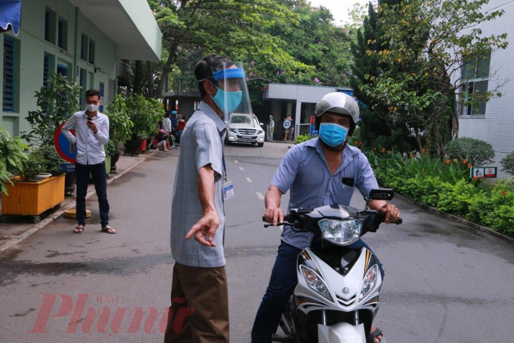 Riêng cán bộ nhân viên bệnh viện tuyệt đối không được đi ra ngoài phạm vi tỉnh Thừa Thiên Huế. Bệnh viện sẽ có hình thức kỷ luật và cách ly nếu vi phạm.