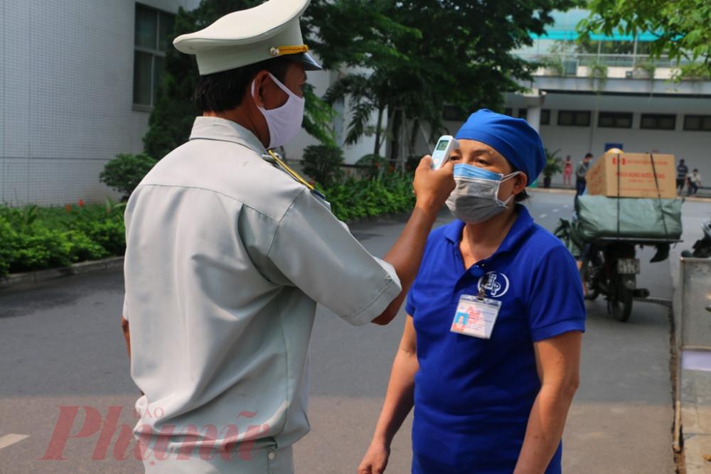 Riêng đối với cán bộ nhân viên bệnh viện thực hiện sàng lọc ở các khoa phòng và xuất trình chứng nhận sàng lọc bằng giấy hoặc dấu đóng ở tay.
