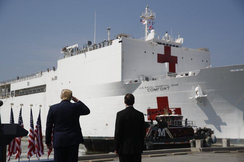 Tổng thống Donald Trump chào mừng tàu bệnh viện của Hải quân Mỹ USNS Comfort hôm 28/3 rời căn cứ hải quân Norfolk đến New Yorrk hỗ trợ chống dịch - Ảnh: AP
