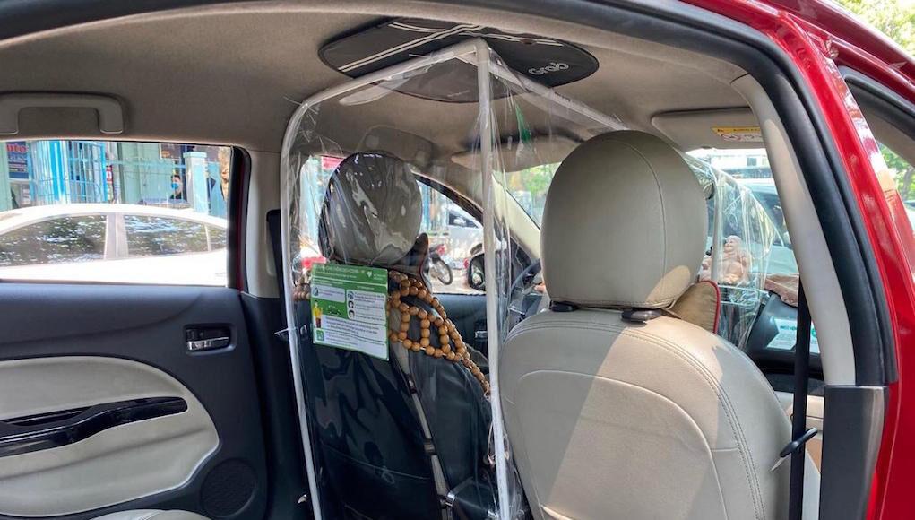 Một hãng xe công nghệ lắp màn chắn riêng biệt cho tài xế tránh tiếp xúc với khách hàng.