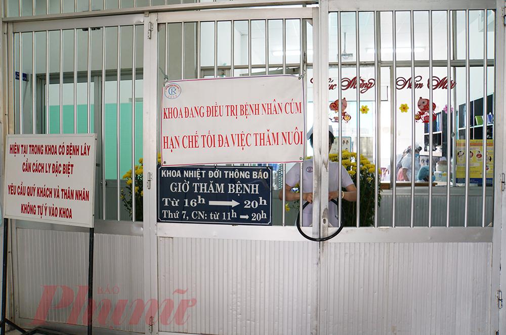 Khoa Bệnh nhiệt đới của Bệnh viện Chợ Rẫy TPHCM khóa cổng hạn chế người ra vào.