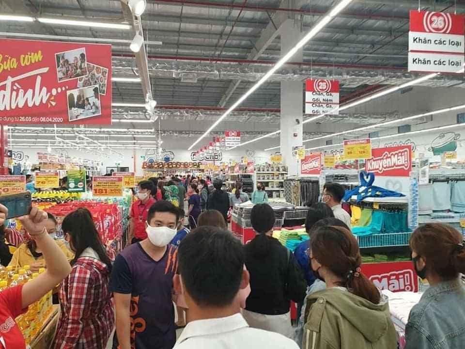 Cảnh người dân chen chúc mua sắm trong GO! Quảng Ngãi