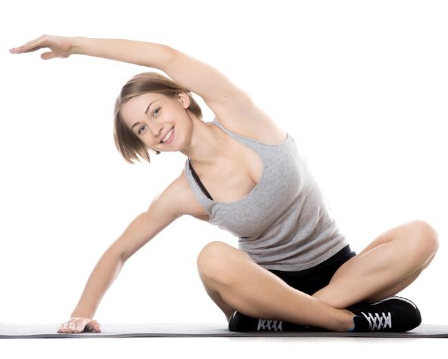 9. Động tác lườn: Bài tập này nhắm vào các khu vực sau: lưng, cơ bụng và vai của bạn Cách thực hiện:  Ngồi trên sàn với hai chân bắt chéo, hoặc bạn có thể ngồi trên ghế nếu nó thoải mái hơn cho bạn  Nâng cánh tay trái của bạn thẳng lên trên đầu của bạn, nghiêng nó sang trái  Cảm thấy một sự kéo dài nhẹ nhàng ở phía bên trái của bạn  Giữ vị trí này trong 10-15 giây, sau đó đổi bên.