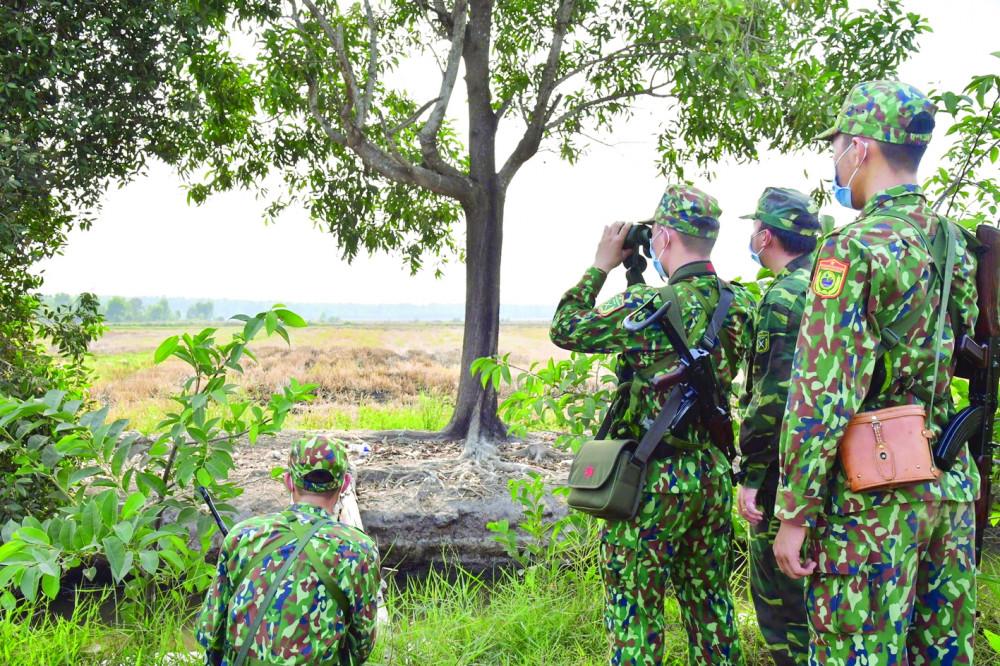 Các chiến sĩ bộ đội biên phòng tại các chốt kiểm soát dọc biên giới thuộc tỉnh Tây Ninh - Ảnh: Lê Quân