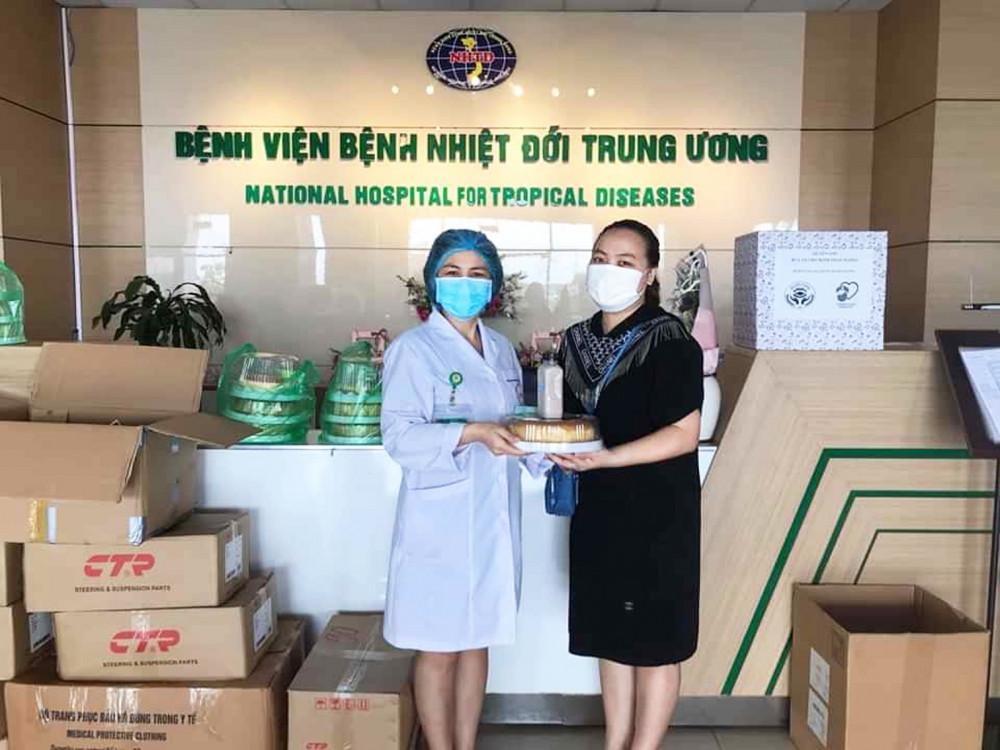 Chị Thu Trang thực hiện các biện pháp an toàn để trực tiếp vào sảnh bệnh viện, tặng bánh cho nhân viên y tế