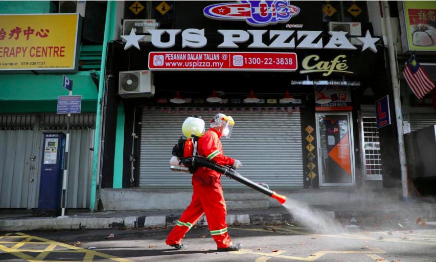 Một nhân viên y tế phun thuốc khử trùng tại thủ đô Kuala Lumpur vào ngày 28/3 để phòng, chống dịch bệnh