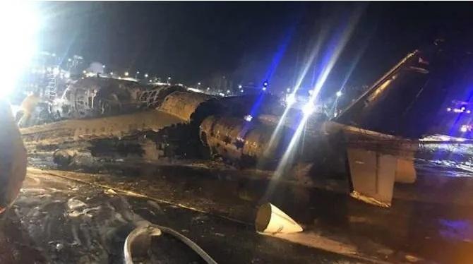 Chiếc máy bay chỉ còn trơ khung sau vụ cháy.