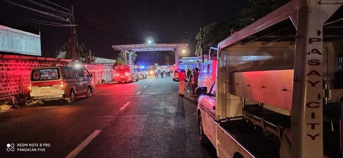 Nhiều xe cứu hỏa, cứu thương tập trung tại hiện trường, ở sân bay quốc tế lớn nhất Manila.