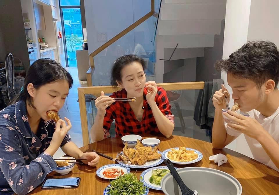 Nghệ sĩ Tuyết Thu và 2 con tận hưởng thành quả từ một buổi vào bếp