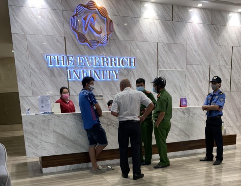 Lực lượng chức năng đến làm việc với cư dân và Ban quản trị chung cư The EverRich Infinity liên quan đến việc cúp nước và căn băng rôn phản ứng.