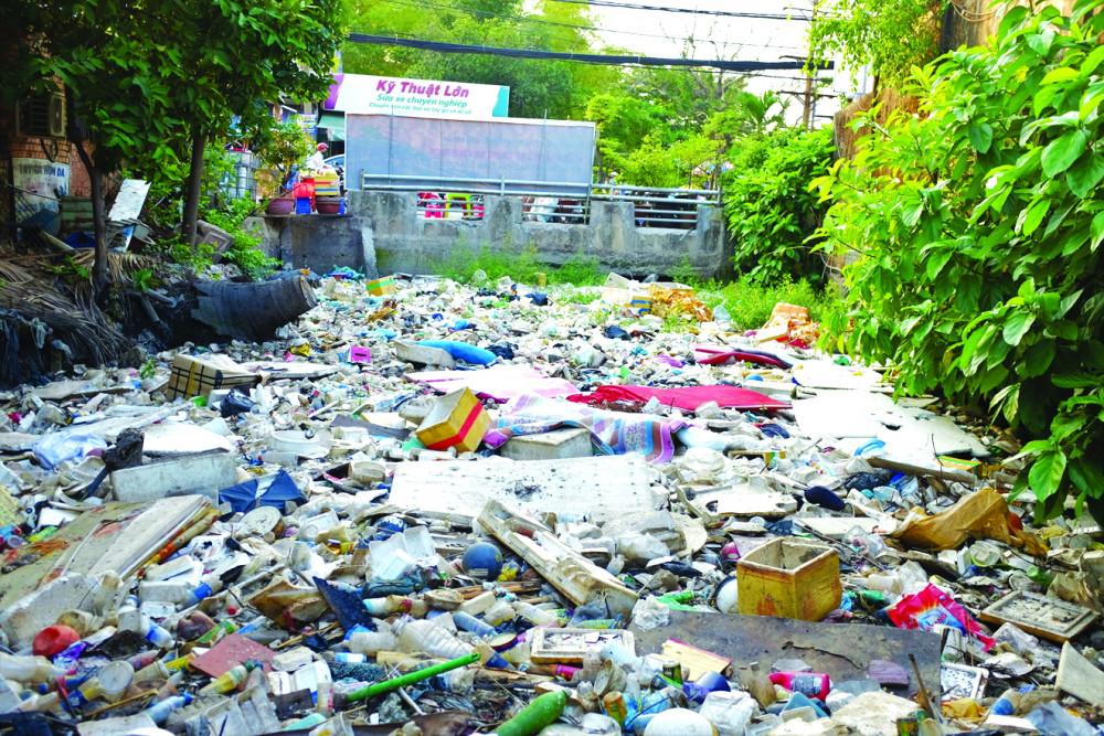 Suốt từ đầu năm 2020 đến nay, kênh Hy Vọng (Q.Tân Bình) luôn ngập rác, chưa được nạo vét, thu gom - Ảnh: HOÀNG NHIÊN