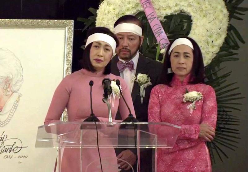 Ca sĩ Ý Lan, cùng anh trai Xuân Việt và chị gái Quỳnh Hương trong tang lễ của mẹ.