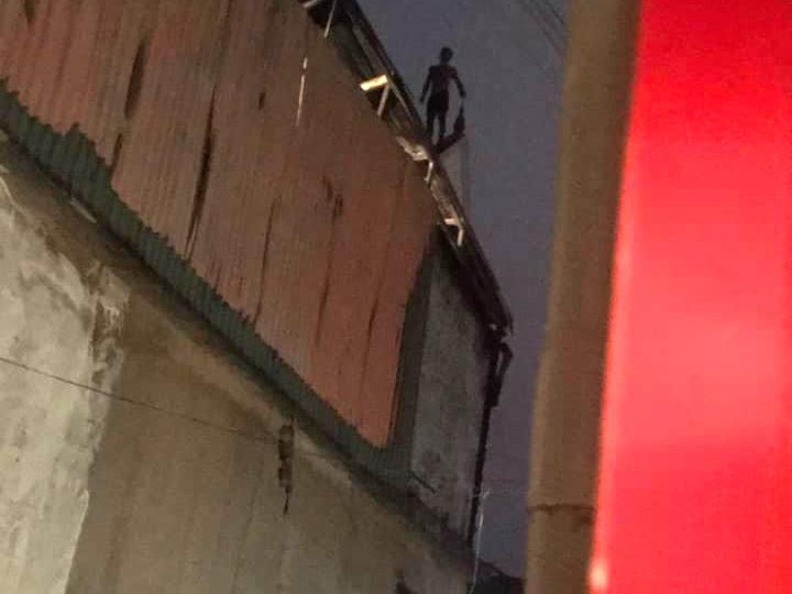 Tuyệt vọng, anh B. leo lên nóc nhà hàng xóm khiến lực lượng chức năng mất gần 2 tiếng thuyết phục