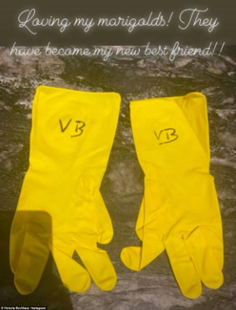 Đôi găng tay được David Beckham viết tắt tên vợ lên trên để tạo bất ngờ cho cô.