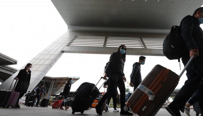 Hong Kong phạt tù 3 người đàn ông vi phạm quy tắc kiểm dịch COVID-19.
