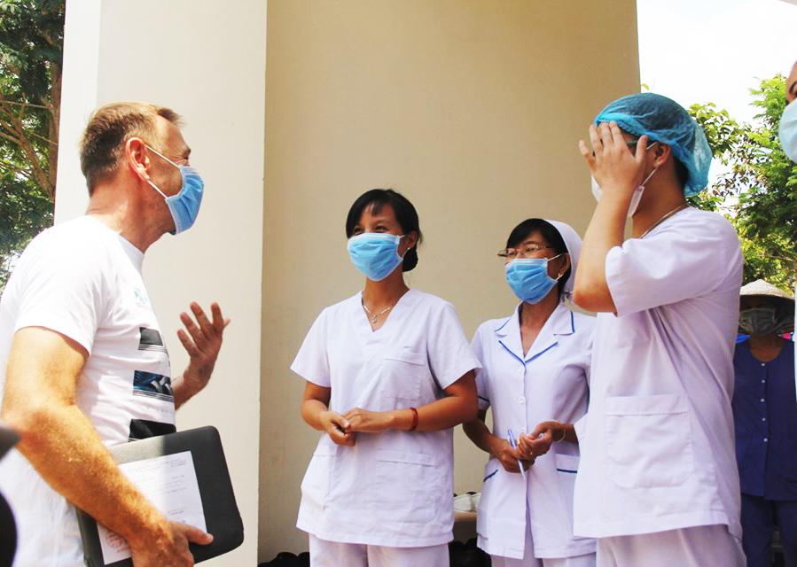 Bệnh nhân người Cộng hoà Czech chào tạm biệt nhân viên y tế ở Bệnh viện Dã chiến Củ Chi - Ảnh: C.Tien