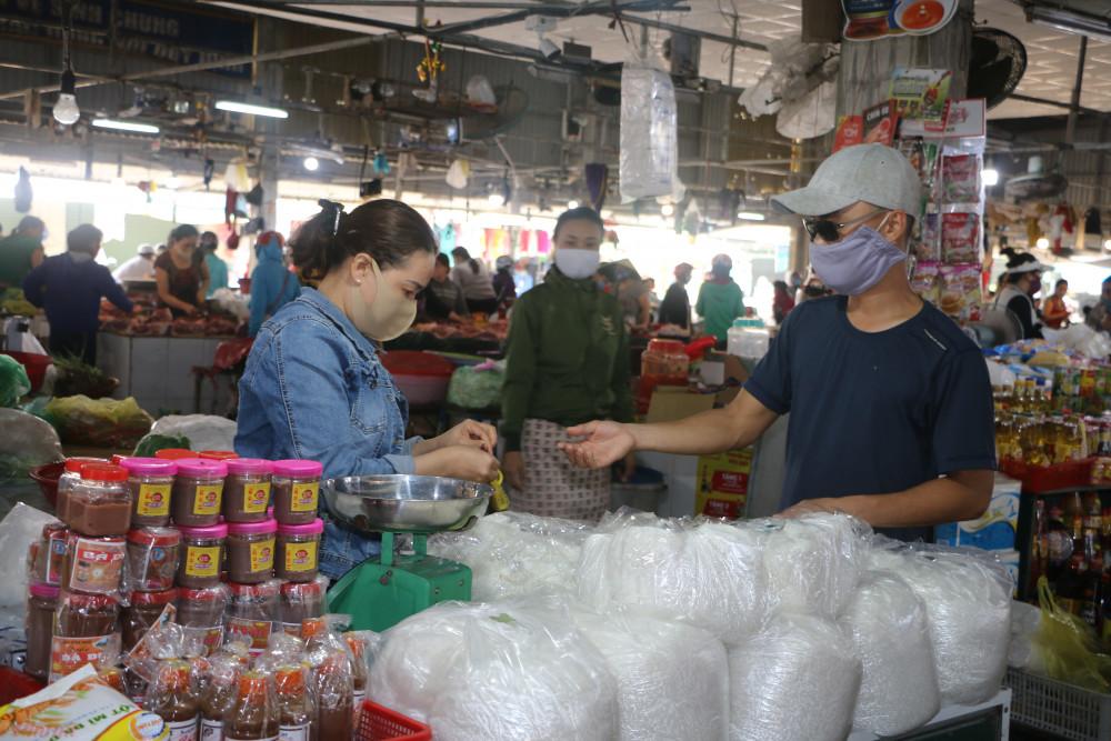 Việc buôn bán  hàng hóa thực phẩm tại các ngôi chợ tại Huế vẫn diễn ra hết sức bình thường