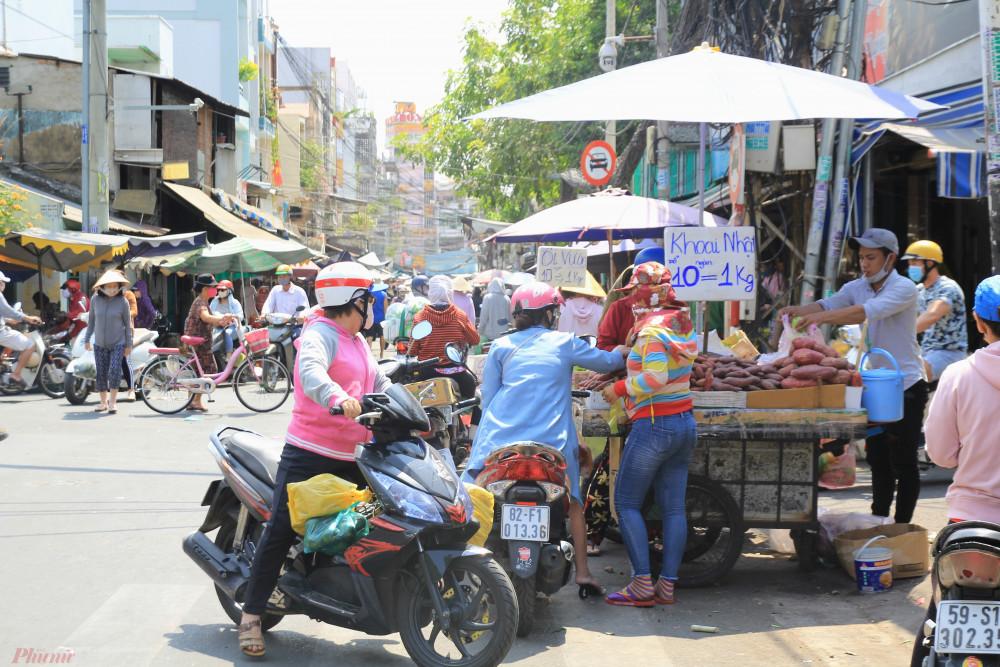 Một tiểu thương tại chợ cho hay, dù dịch bệnh nhưng người tiêu dùng vẫn có nhu cầu hàng tươi sống mỗi ngày, chỉ cần bịt kín khi