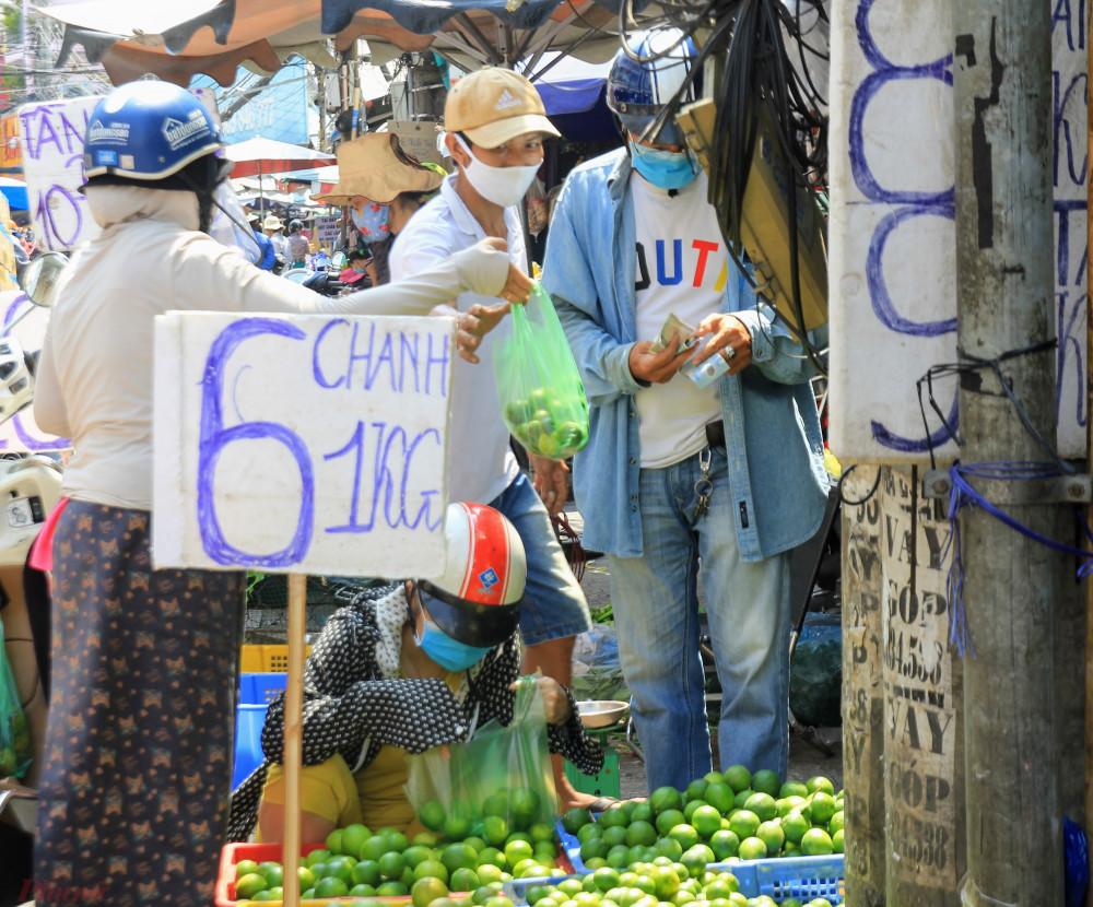 Ngoài ra, việc trao đổi hàng hoá, tiền mặt tại chợ cũng là một nguy cơ cao lây lan virus.