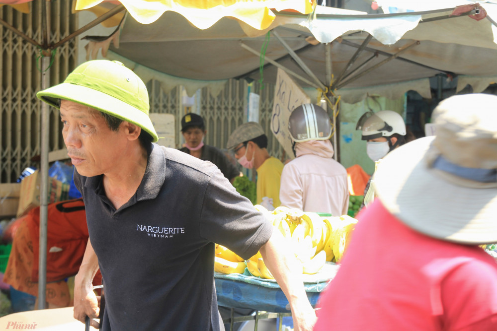 Đa số những người lao động, bán vé số họ không quen với việc bịt khẩu trang mặc dù biết đang có bệnh dịch tràn lan.