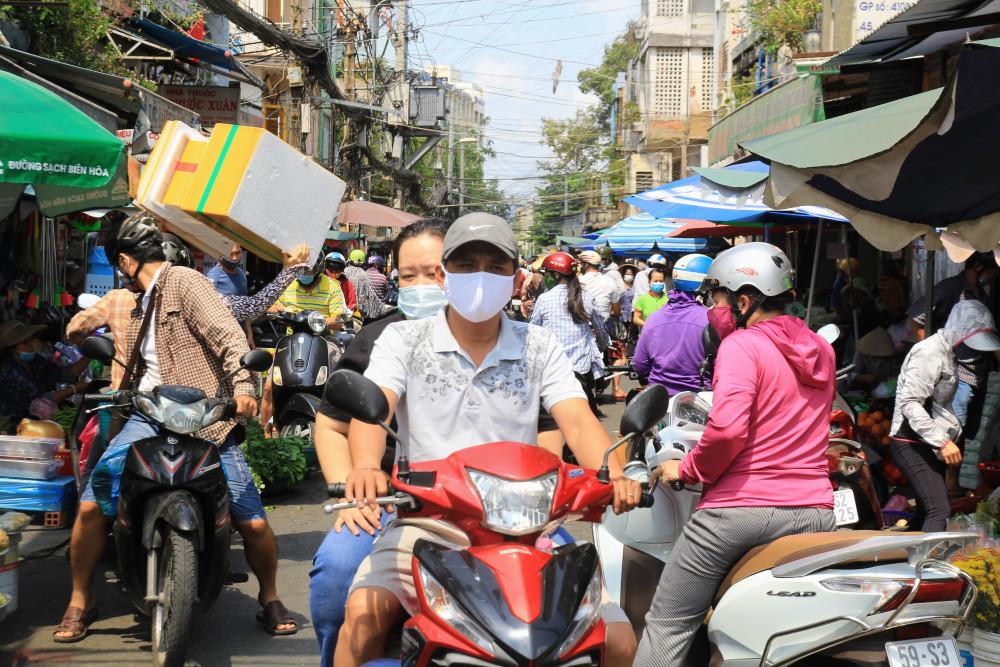 Ghi nhận của phong viên báo Phụ Nữ TPHCM tại các khu chợ truyền thống tại TPHCM như Bà Chiểu (quận Bình Thạnh), Tân Định, Đa Kao (quận 1), Nguyễn Văn Trỗi (quận 3),... trong chiều chủ nhật và sáng nay (30/3) rất đông người đổ xô mua hàng, đặc biệt tập trung ở nhóm hàng tươi sống, rau, củ, quả, hàng thiết yếu,... có một số khu vực kẹt xe, tắt đường.