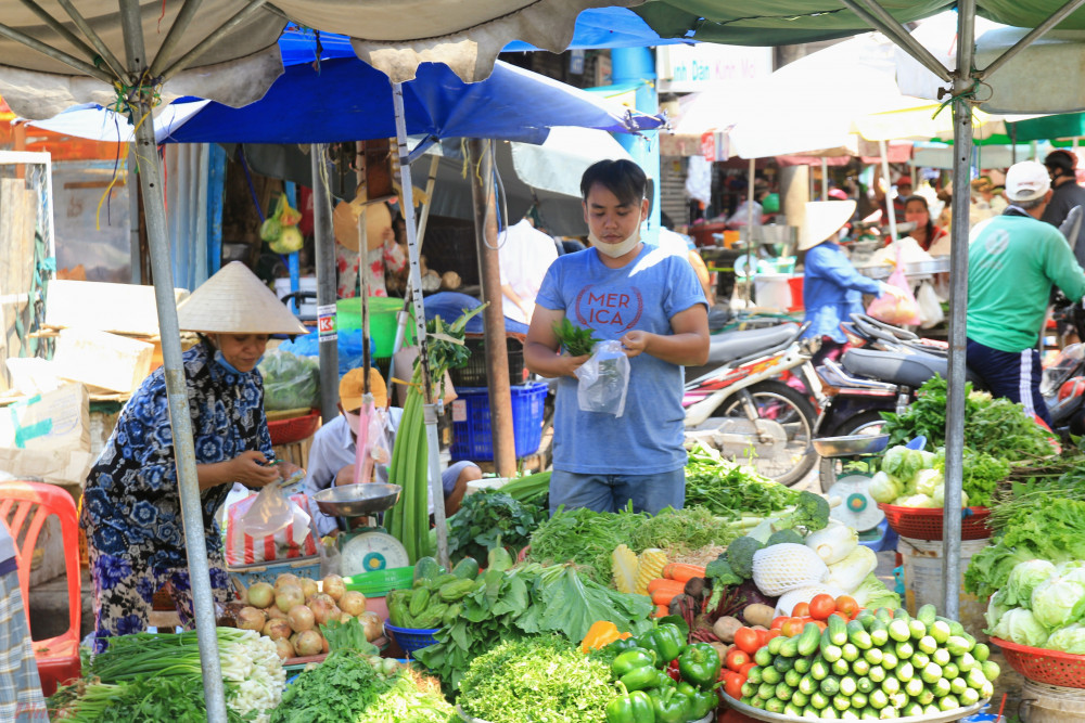 Theo quan sát của phóng viên, đa số tiểu thương tại chợ đều có trang bị khẩu trang vải, y tế khi bán hàng, tuy nhiên số ít người không mang khẩu trang, hoặc mang nhưng với kiểu đối phó dịch bệnh như thế này.