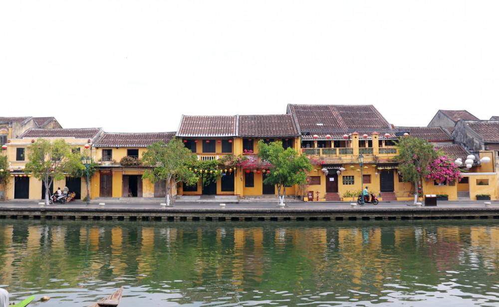 Từ ngày 29/3, tỉnh Quảng Nam ban hành quyết định tạm dừng nhận mới khách du lịch đến tham quan tại địa phương. Phố cổ Hội An, vốn đã vắng khách trước đó do chính quyền hạn chế du khách để chống dịch COVID-19, nay đã gần như vắng bóng khách tứ xứ.