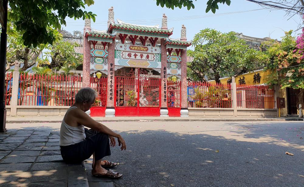 Một cụ ông ngồi nghỉ trưa gần hội quán Trung Hoa, nơi mà ngày thường chật kín khách du lịch