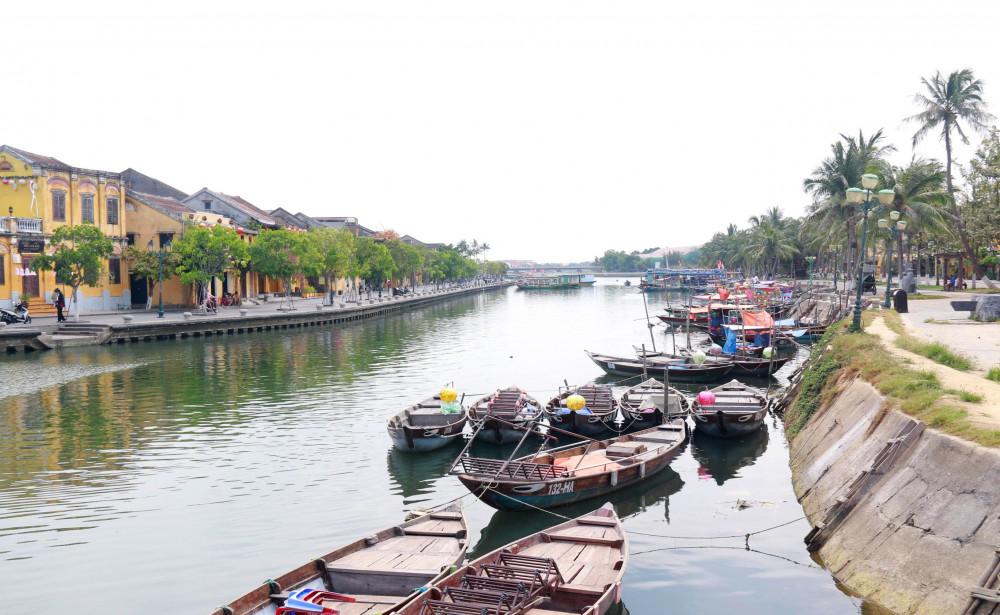 Những chiếc thuyền con ngày thường xuôi ngược sông Hoài nay nằm nghỉ nắng