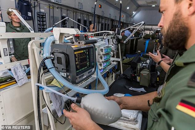 Các nhân viên quân sự Đức bên trong máy bay A400M Medevac của không quân, cất cánh từ Wuensdorf hôm 29/3 để đưa bệnh nhân nhiễm COVID-19 từ Pháp đến bệnh viện tại Đức.