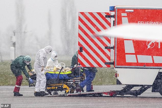Một bệnh nhân từ Metz ở Pháp được vận chuyển bằng máy bay trực thăng quân sự đến điều trị tại Bệnh viện Đại học ở Essen ngày 29/3.