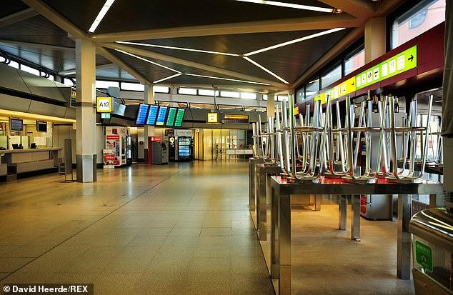 Một góc sân bay Tegel ở Berlin vắng vẻ với giao thông hàng không gần như ngừng hoạt động vì sự bùng phát dịch bệnh.