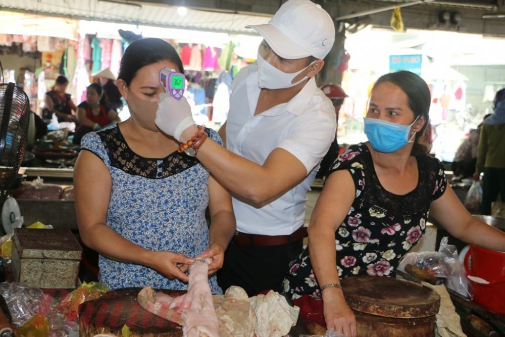Thậm chí việc đo thân nhiệt  và kiểm tra khẩu trang được thực hiện thường xuyên tại chợ Phú Bài