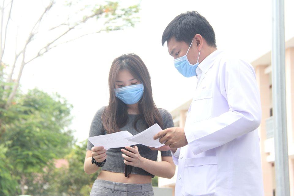 Một bệnh nhân COVID-19 tại BV dã chiến Củ Chi đã khỏi bệnh và xuất viện ngày 30/3/2020. Ảnh: C.Tien